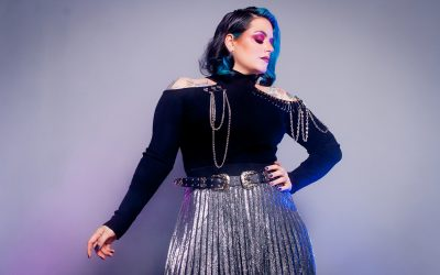 Una mujer que vibra rock and roll
